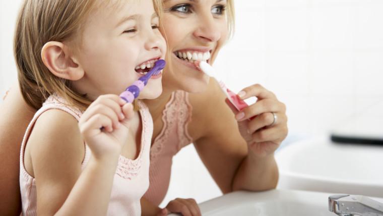 Lavarsi i denti con lo spazzolino. In che modo, per una pulizia efficace?